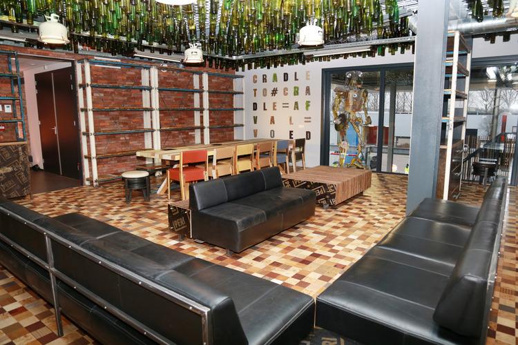 Upcyclecentrum Almere belevingscentrum houten vloer afvalhout milieustraat circulaire economie upcyclen recyclen Care4Circulair Modulo Milieustraten