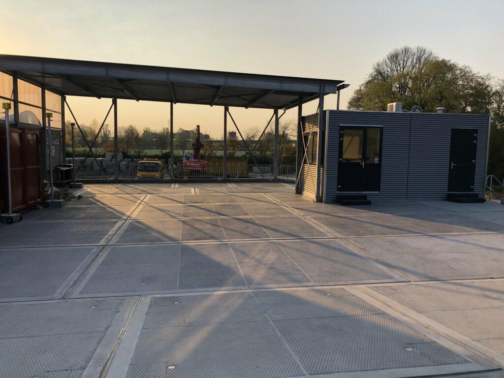 Overkapping gordingen containerplaten fractieborden en valbeveiliging milieustraat Nieuwkoop Modulo Milieustraten Care4Circulair